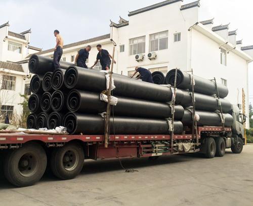 哈密地区的新疆节水管材的装车