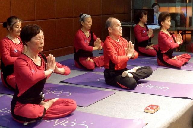 练瑜伽或能明显改善老年人的身心健康!