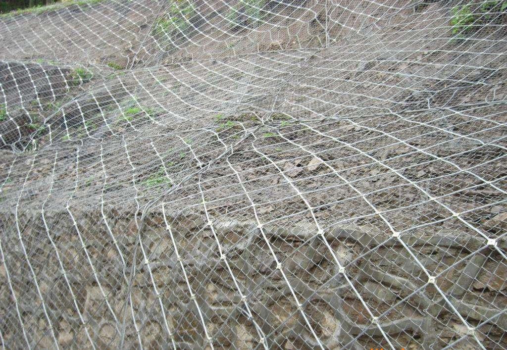 成都高速拦石网铺挂不同坡面如何施工?