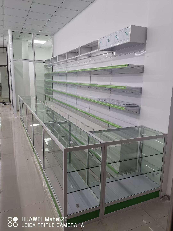由宜昌恒远为药店定制的货架及展示柜安装完毕