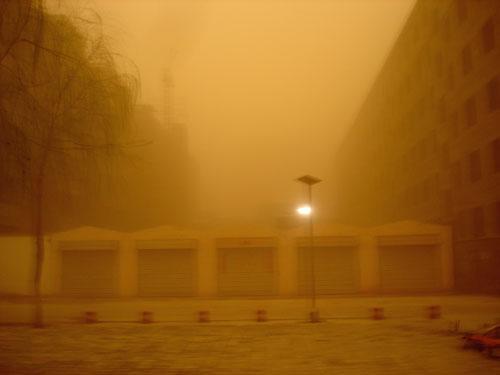 """2021年沙尘暴它来了!带着扬沙和浮尘""""走进""""了我们西北方的城市"""