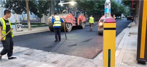 高新三路沥青道路摊铺