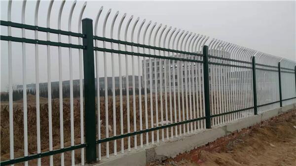 钢草坪护栏怎么样?草坪护栏公司给大家详解几种形式!