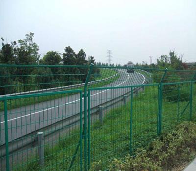 是什么影响了高速公路护栏网产品的质量呢