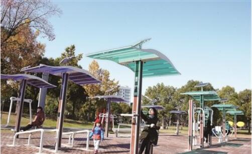 新型健身器材亮相市区广场游园