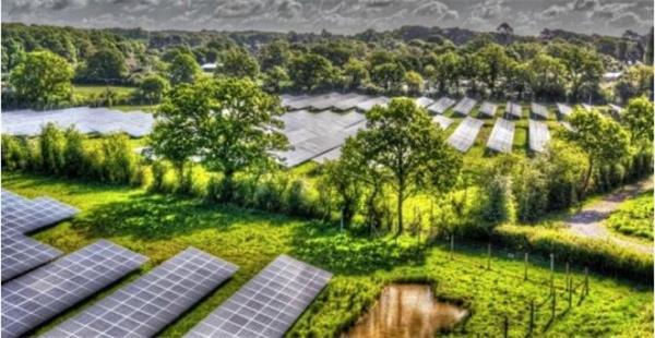 英国太阳能投资方庆祝..无补贴光伏电站项目完工图