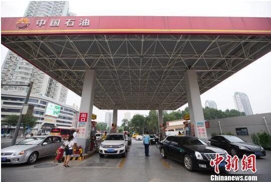 油价两连涨:明起加一箱油多花4元,下班后开车去加油?