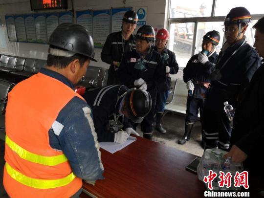 图为甘肃应急管理部门对采矿复工复产进行安全检查。(资料图)