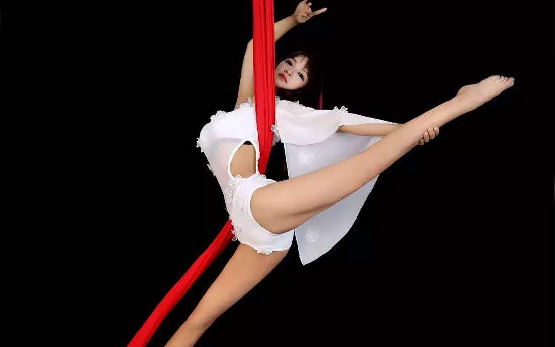 学员高空舞蹈绸缎舞表演