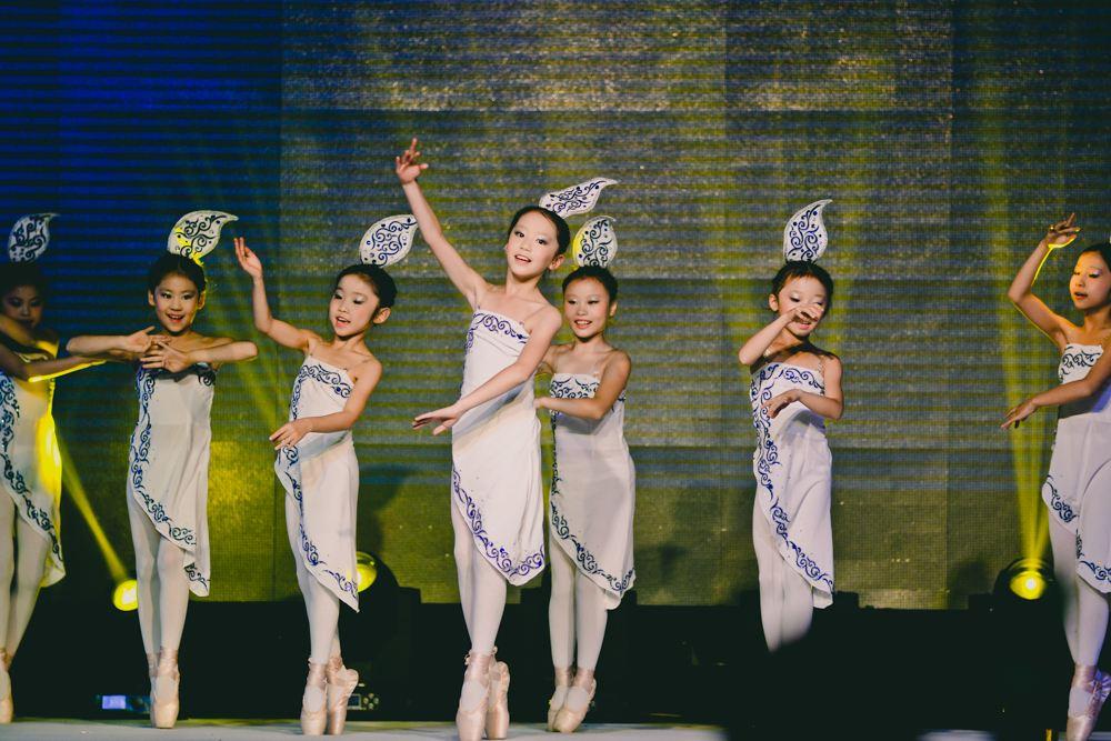 少儿舞蹈团某节目汇演图