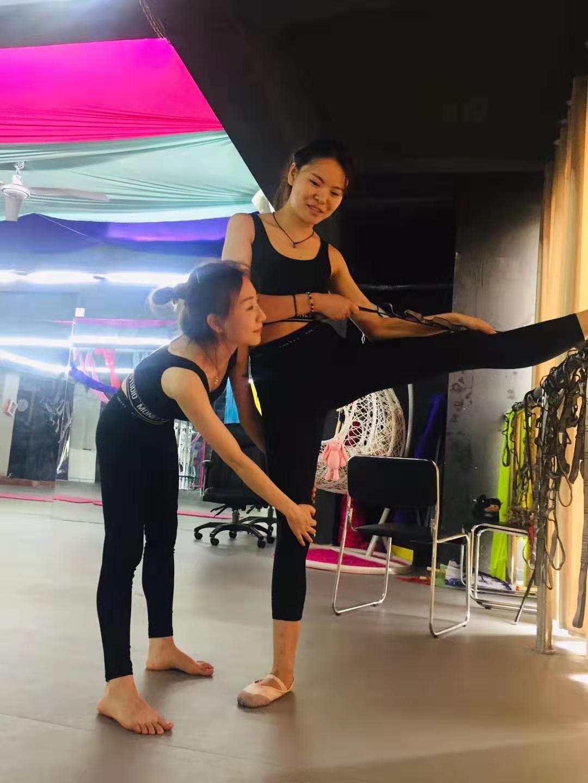 古典舞学者正在做预热练习