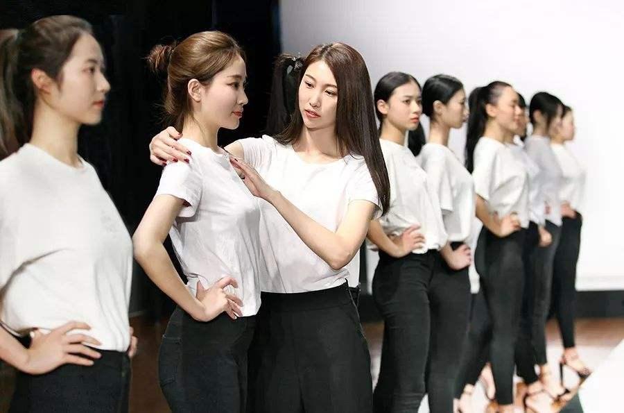 你知道吗?形体的训练也有助于舞蹈的学习哦!