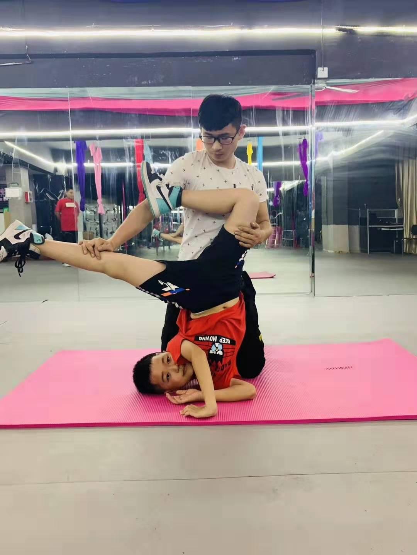 少儿舞蹈学习进行中