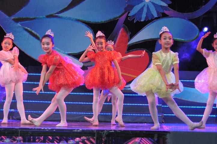 小朋友如果想要学好舞蹈,除了老师的要求,更重要的是离不开扎实的基本功