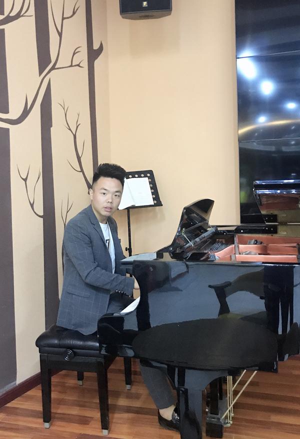梁国威(视唱练耳教师兼音乐班主任)