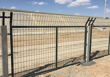 搭设临边防护栏杆时,必须符合的要求是什么?
