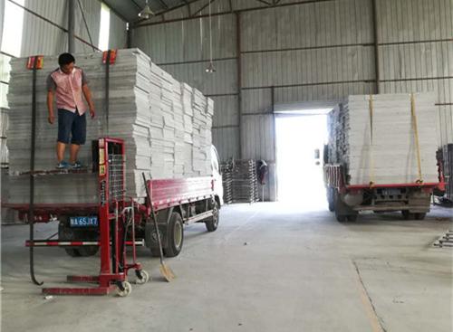 民城节能科技公司的师傅正在清点运输的货物