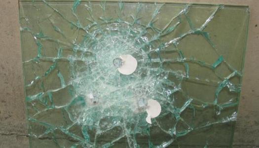 如何鉴别宜昌钢化玻璃的自爆???