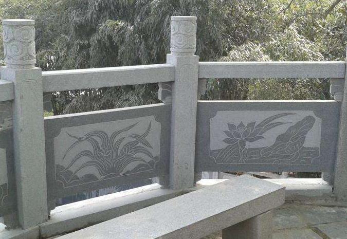 在经过石材栏杆的时候,大家有没有仔细观察下上面的图案有什么不同吗?