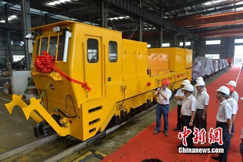 国内大吨位新能源机车在中铁科工下线