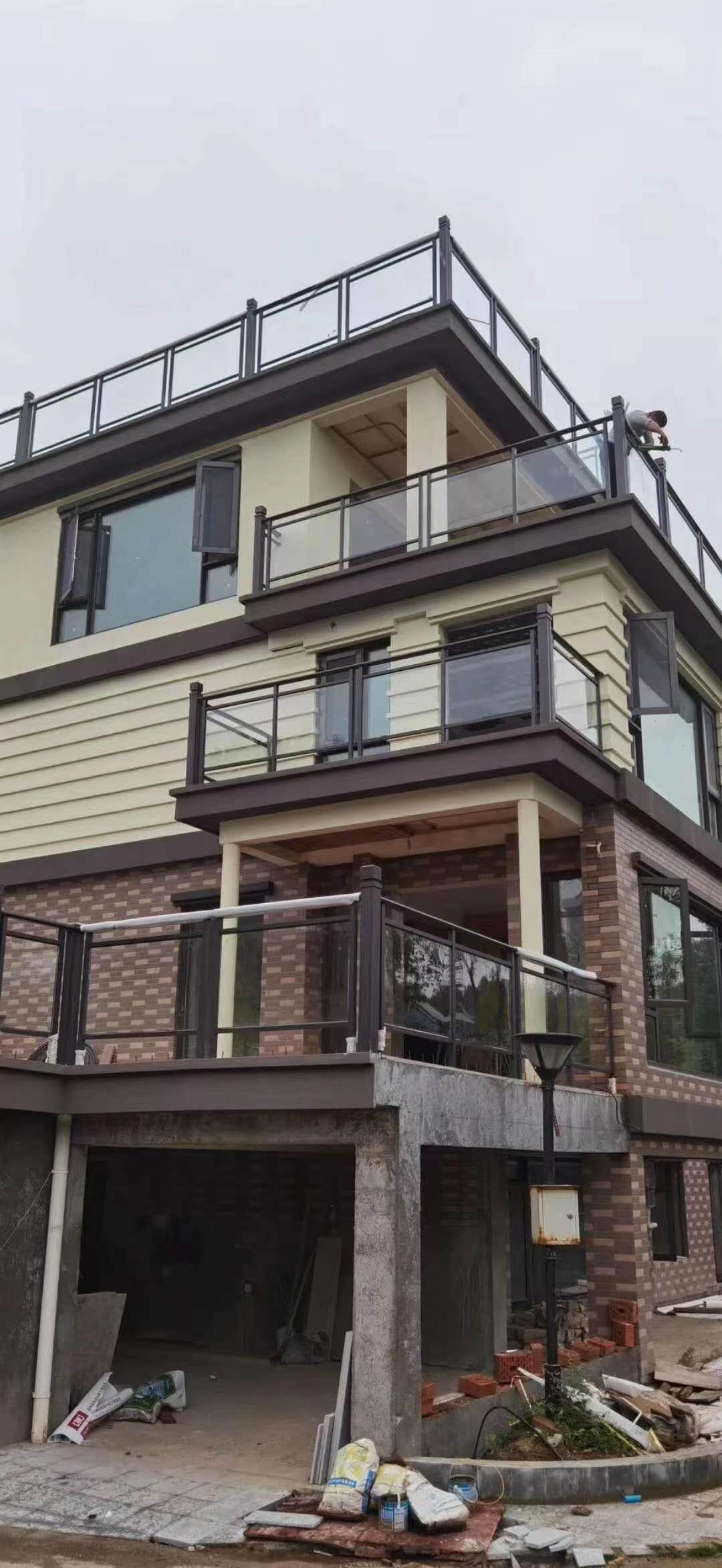 旭亿与某小区合作定制安装阳台玻璃防护栏