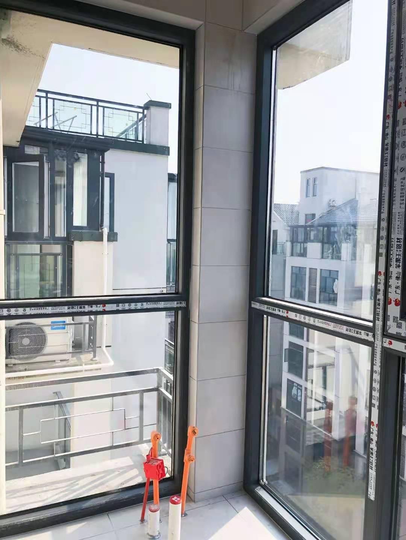 旭亿建材为六号公馆某住户进行封阳台安装窗户施工