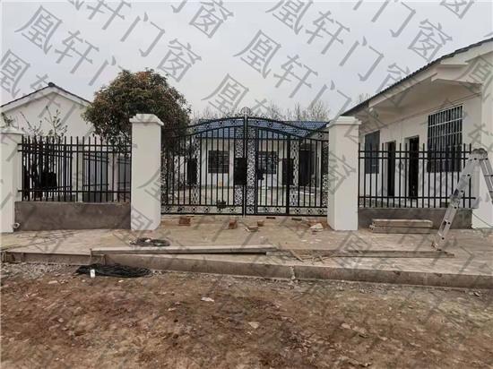 凰轩门窗为弥市某业主安装铁艺庭院门和围栏
