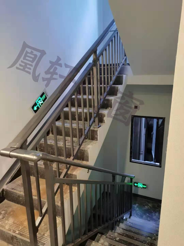 凰轩门窗为枝江某业主安装楼梯扶手
