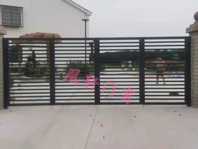 凰轩门窗为岳场村某业主安装庭院门及围栏