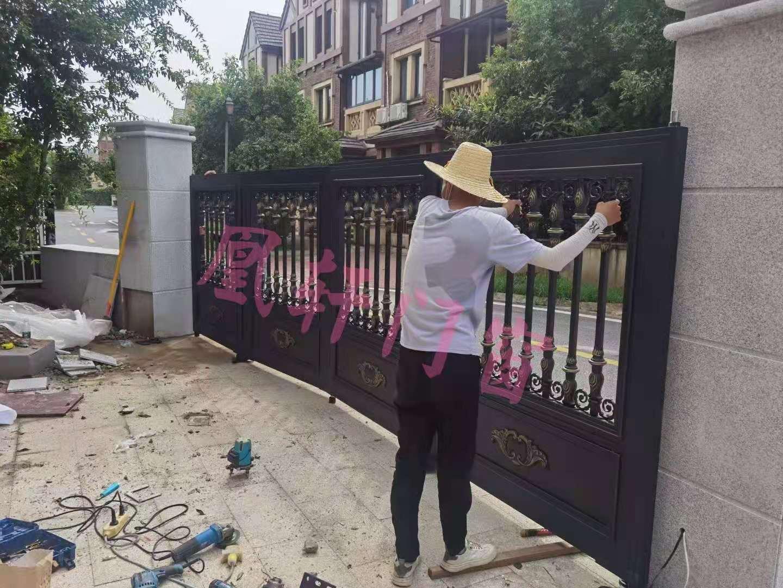 凰轩门窗为松滋某客户安装铝艺庭院门