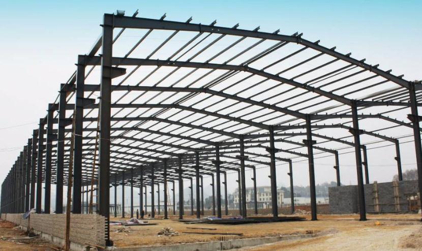 钢构厂房建设中