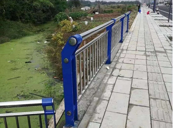 四川桥梁护栏施工展示