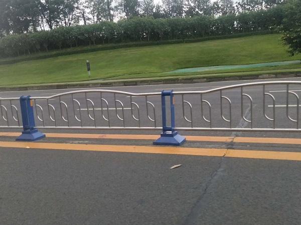 四川钢质护栏厂家