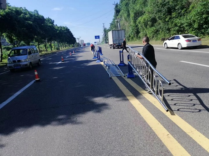 道路中央隔离护栏安装