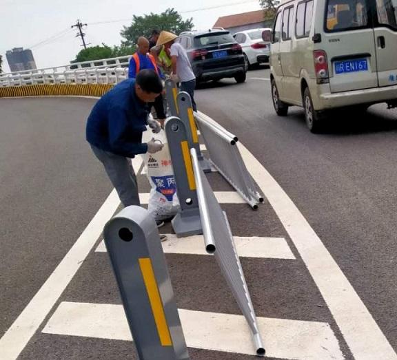 安装日常-安装道路隔离护栏