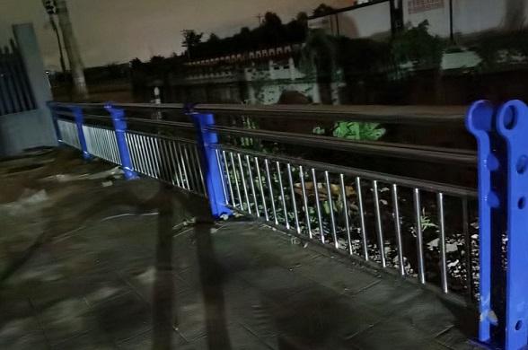 夜里的桥梁护栏