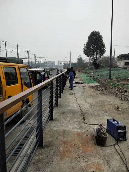 1月2日安装金牛区人行护栏