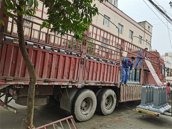 1月27日遂宁船山定制中央护栏装车发货啦