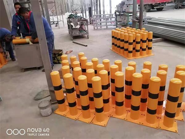 防撞柱批量生产收尾工序进行中