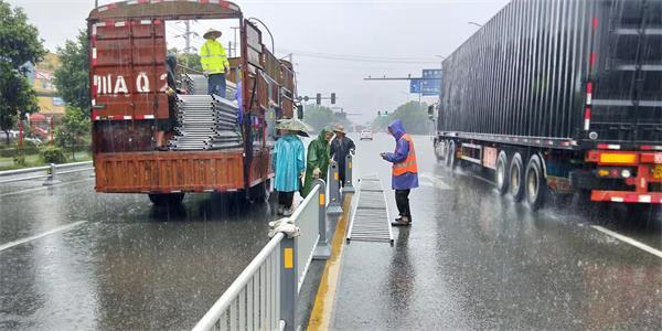 雨中奔跑的金恒达家人,中央护栏顺利安装完毕