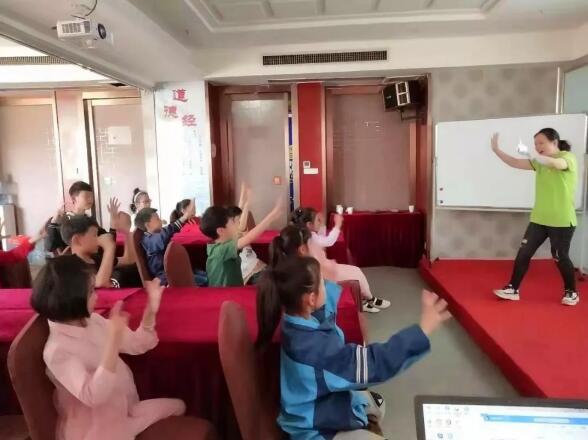 襄阳乐成脑潜能开发老师与小朋友互动现场