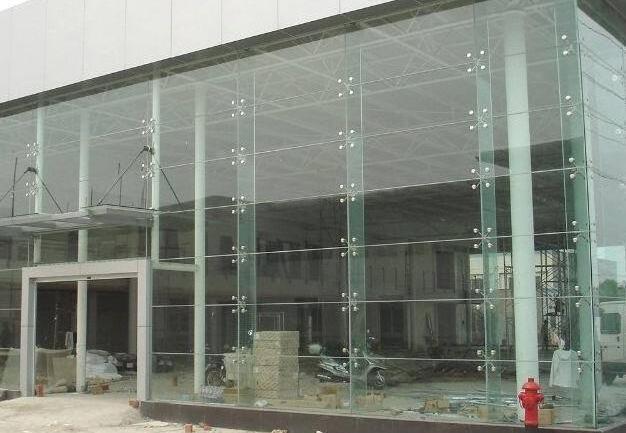 郑州玻璃幕墙清洗浅析关于浴室玻璃的清洗小技巧