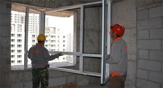 维邦铝业师傅现场门窗安装施工中!