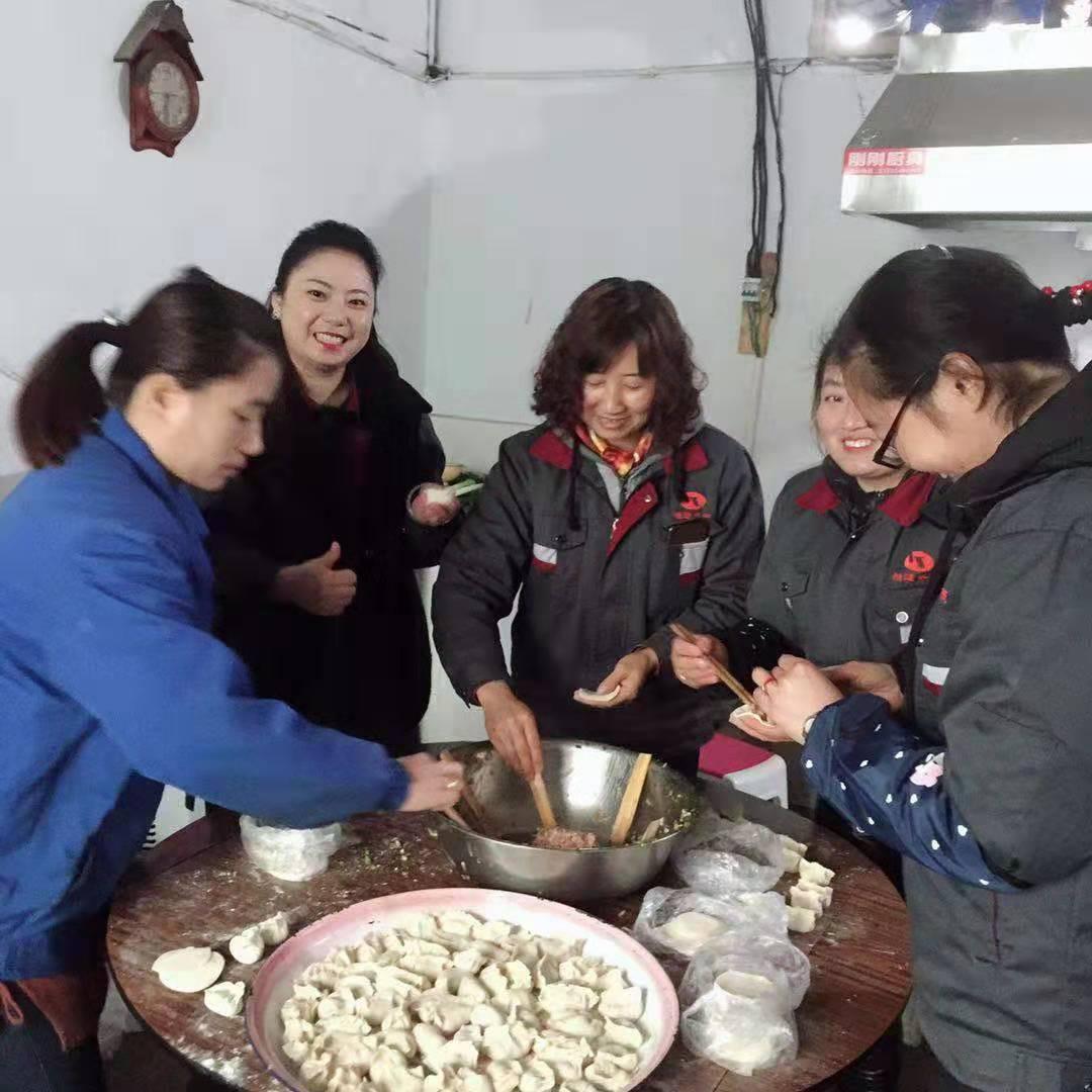 冬至包饺子照片