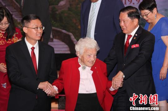 中国驻多伦多总领馆当地时间9月20日举行庆祝中华人民共和国成立70周年招待会。图为中国驻多伦多总领事韩涛(前排左)、加拿大联邦参议员胡子修(前排右)搀扶98岁高龄的密西沙加市前市长麦考莲(Hazel McCallion)合影。 余瑞冬 摄