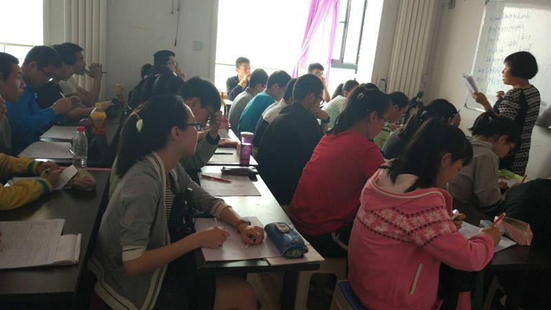 初三复读班的学生冲刺学习