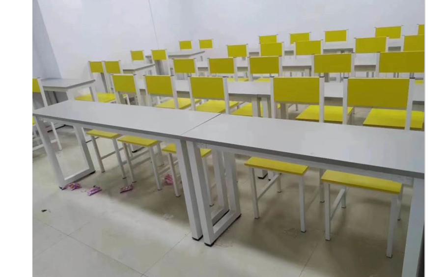 兰州某学校的课桌椅