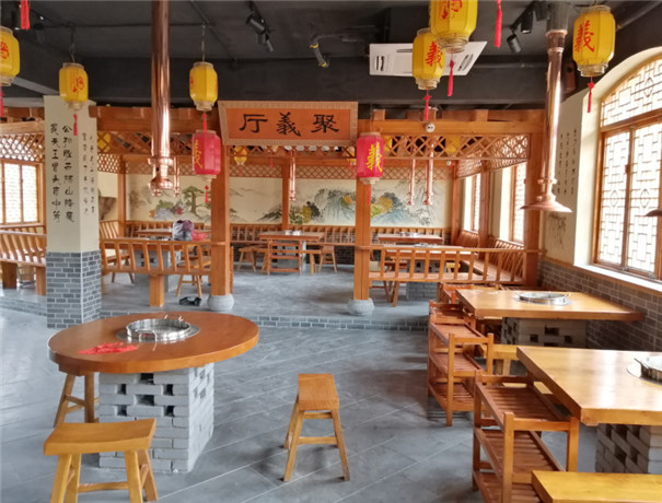 郑州某饭店的木桌椅