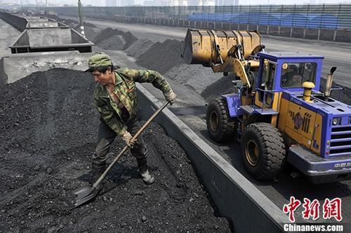 资料图:煤炭工人将煤炭装车。 <a target='_blank' href='http://www.chinanews.com/'>中新社</a>记者 韦亮 摄
