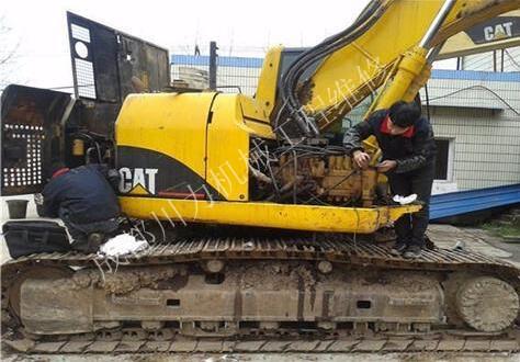 挖掘機憋車冒黑煙